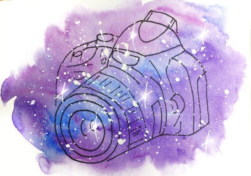 Vattenfärgen skissar illustrationen, tatueringstil: kontur av kameran på en bakgrund av rosa och lila fläckar, som utrymme vektor illustrationer