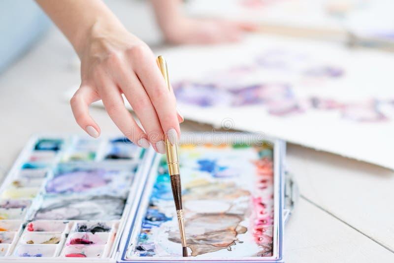 Vattenfärger för hand för hobby för konstmålninggrupp blandande fotografering för bildbyråer