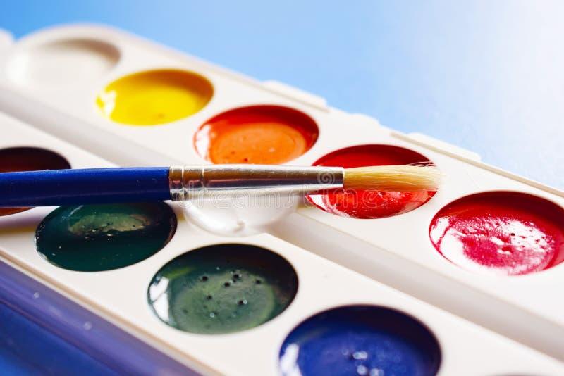 Vattenfärgmålarfärger och borstar för att dra royaltyfria foton