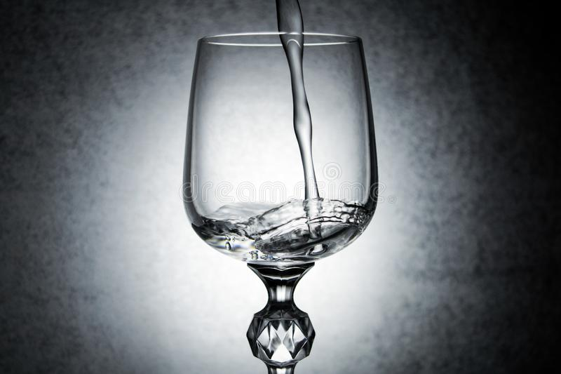Vattenfärgstänk i vinexponeringsglaset arkivbilder