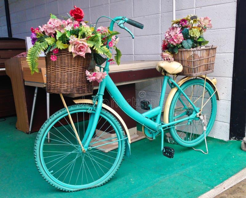 Vattenfärgturkoscykel med den härliga blommakorgen fotografering för bildbyråer