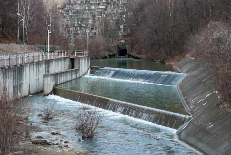 Vattenfördämningutflöde arkivfoton
