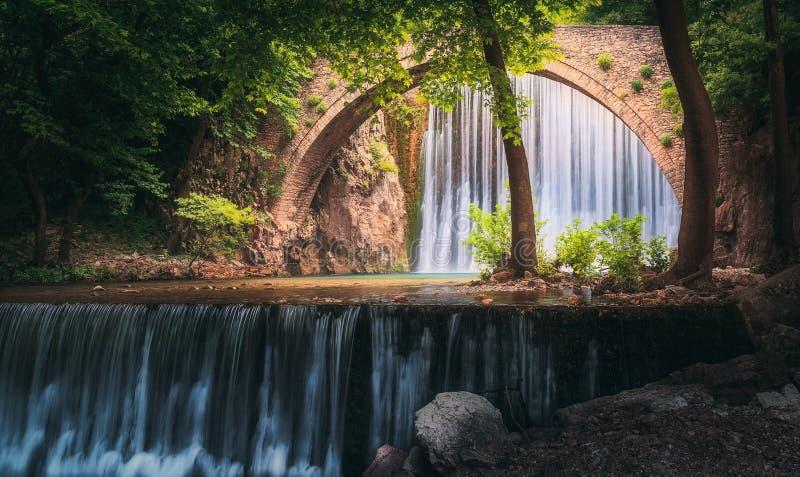 Vattenfall av den gamla bron royaltyfria foton