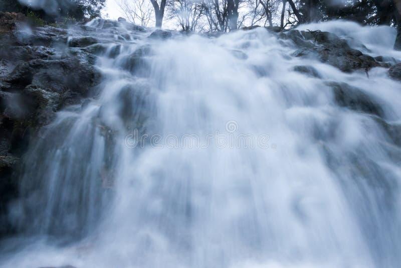 Vattenfall från lågt perspektiv arkivfoto