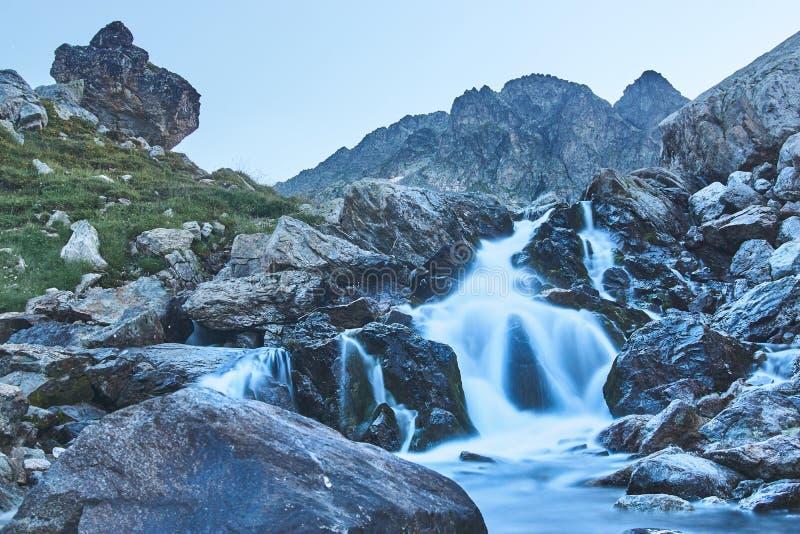 Vattenfall i bergen royaltyfri foto
