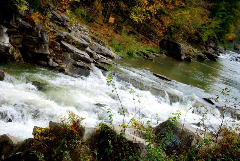 Vattenfall i bergen arkivbilder