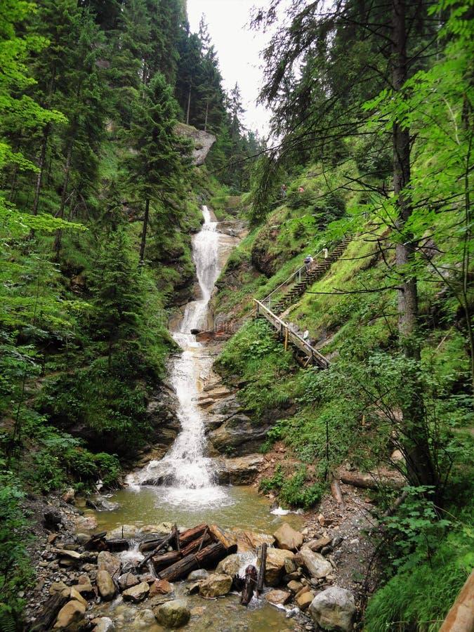 Vattenfall i bergen royaltyfri fotografi