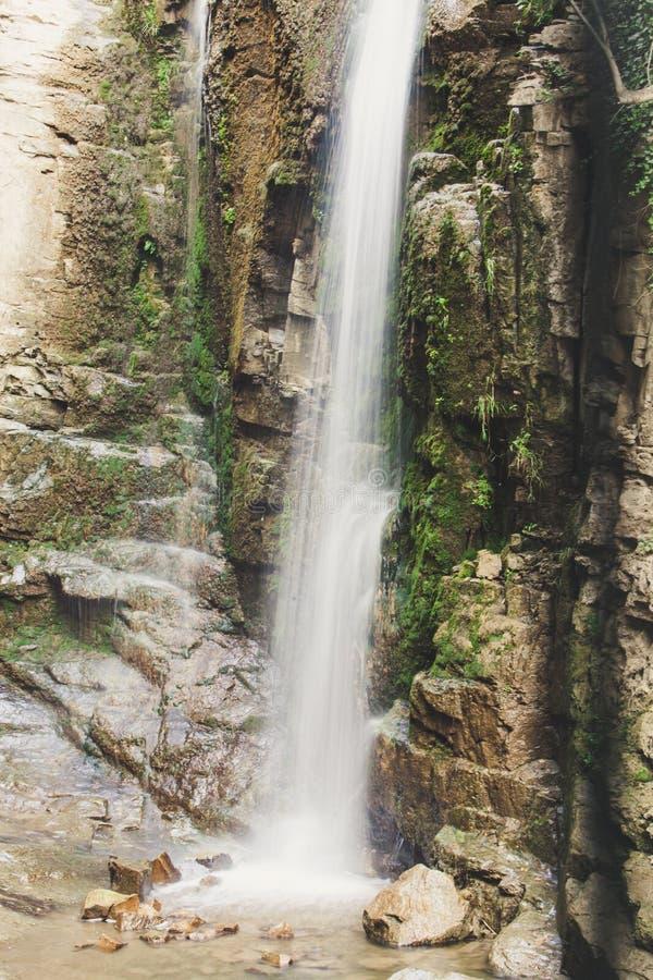 Vattenfall i bergen Vattennedgångar från berget till vaggar ner Det fotograferas på ett utdrag royaltyfri fotografi