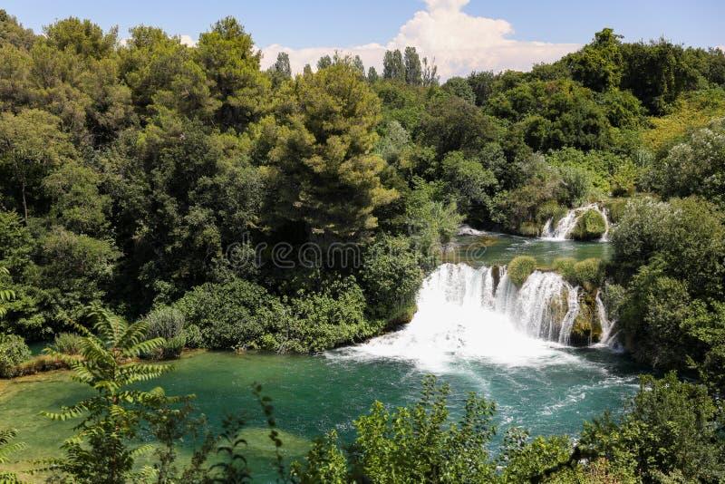 Vattenfall i bergsjön i nationalparken av Kroatien i sommar royaltyfri fotografi
