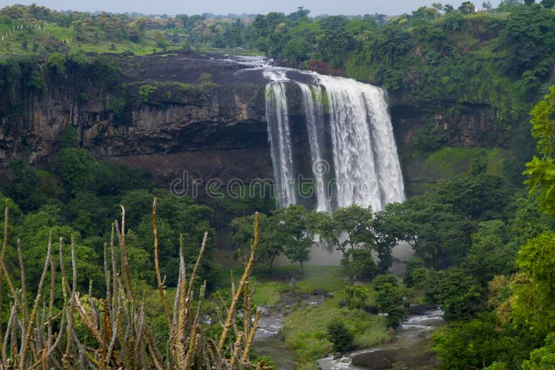 Vattenfall i central indier i monsun royaltyfria bilder
