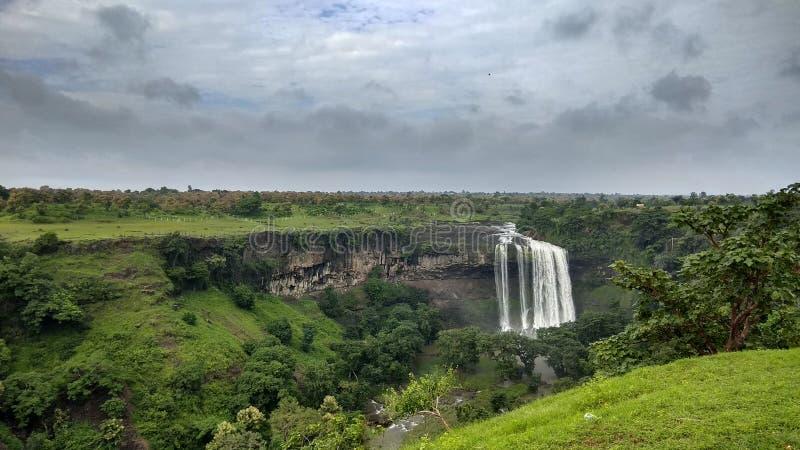Vattenfall i central indier i monsun royaltyfri bild