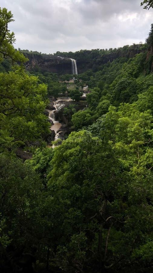 Vattenfall i de täta undertropiska djunglerna royaltyfria foton