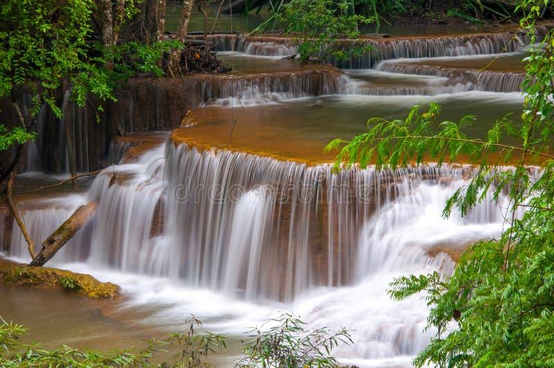 Vattenfall i den djupa regnskogdjungeln (Huay Mae Kamin Waterfall) royaltyfria foton