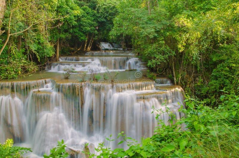 Vattenfall i den djupa regnskogdjungeln (Huay Mae Kamin Waterfall) royaltyfri bild
