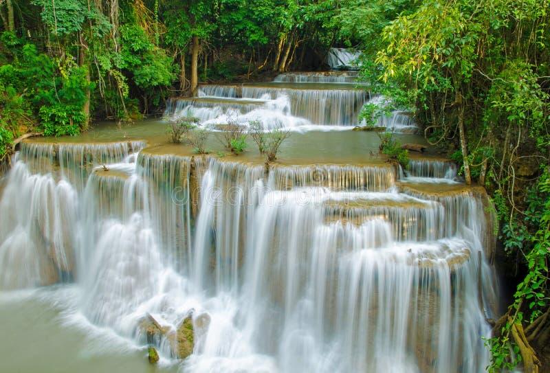 Vattenfall i den djupa regnskogdjungeln (Huay Mae Kamin Waterfall I arkivfoto