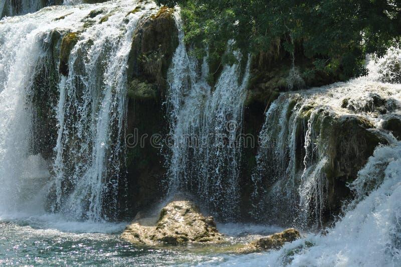 Vattenfall i den Krka nationalparken i Kroatien Styrka och pittoreskt mirakel av naturen royaltyfria bilder