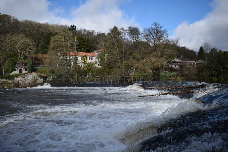 Vattenfall i den lösa floden royaltyfria bilder