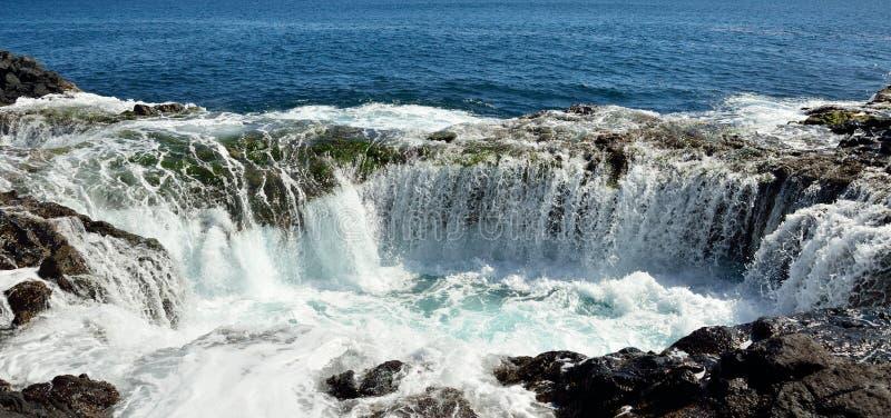 Vattenfall i den naturliga pölen, kust av Gran canaria, kanariefågelöar royaltyfri foto