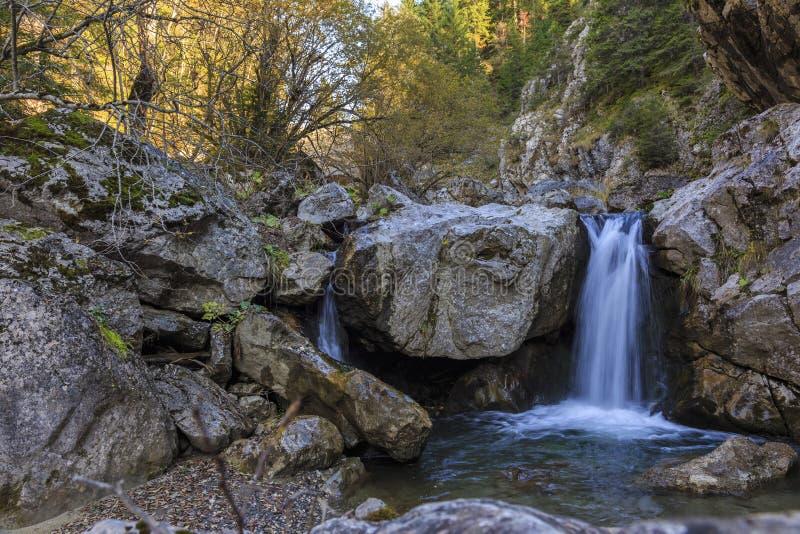 Vattenfall i en bergklyfta, Rumänien royaltyfria foton