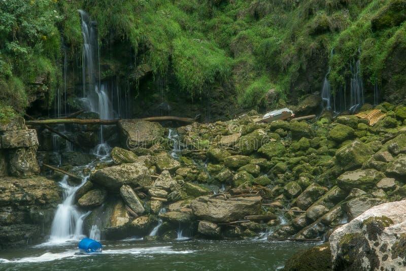 Vattenfall i en fransk skog royaltyfri bild