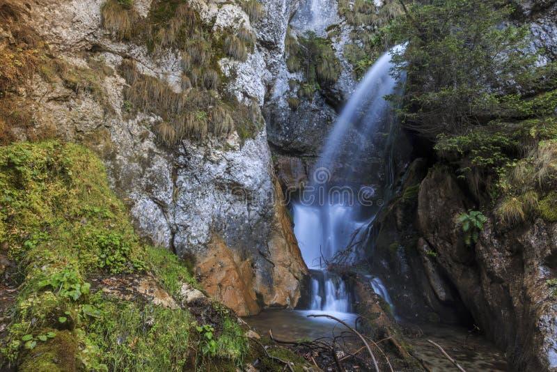 Vattenfall i en klyfta för Carpathian berg arkivfoton