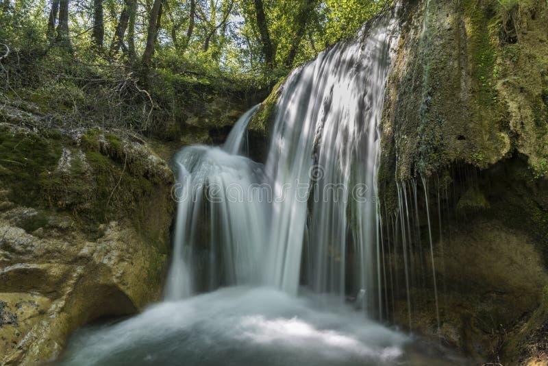 Vattenfall i förgrunden, mjuk effekt royaltyfria foton