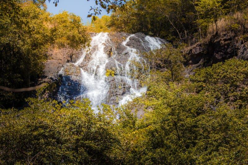 Vattenfall i höstskog på den Salika vattenfallnationalparken i Thailand arkivbilder