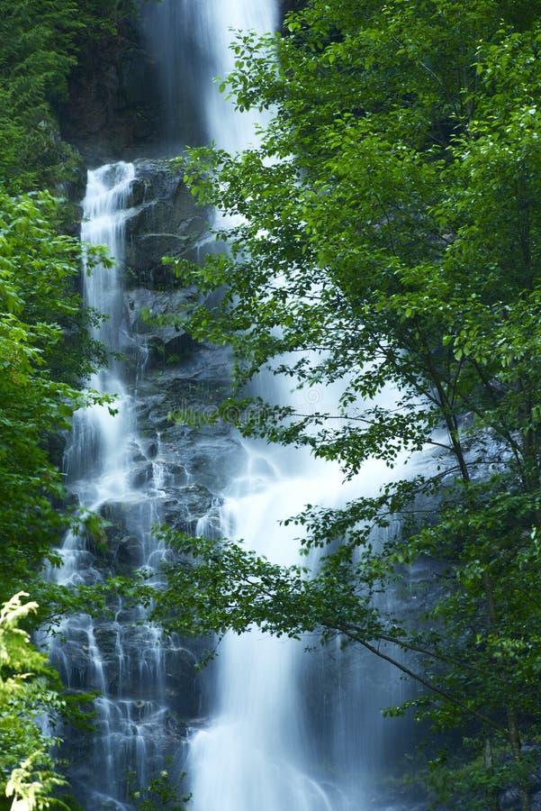 Vattenfall i kaskadberg arkivfoto