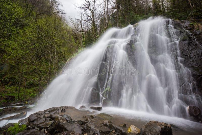 Vattenfall i Kaukasus berg royaltyfria foton