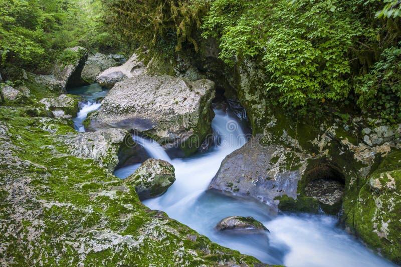 Vattenfall i klyftan Chernigovka royaltyfria bilder