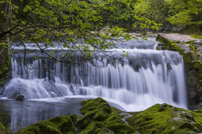 Vattenfall i klyftan Chernigovka royaltyfri foto