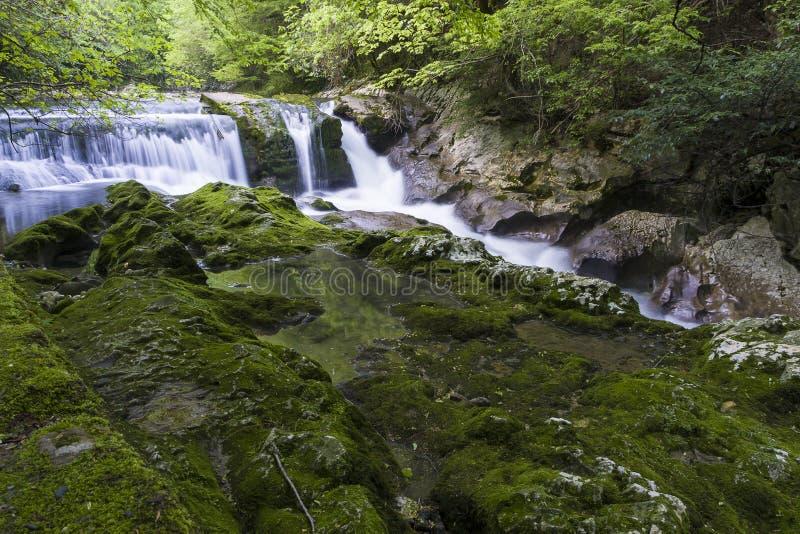 Vattenfall i klyftan Chernigovka royaltyfria foton
