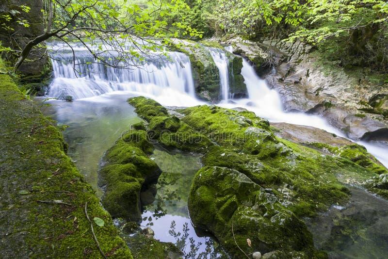 Vattenfall i klyftan Chernigovka arkivfoto