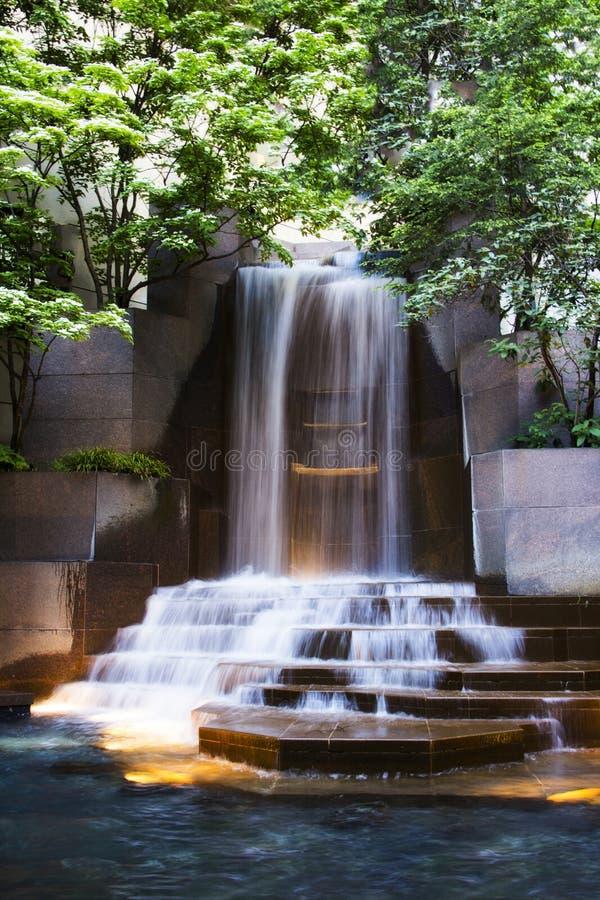 Vattenfall i mitt av en springbrunn i Charlotte North Carolina royaltyfria bilder