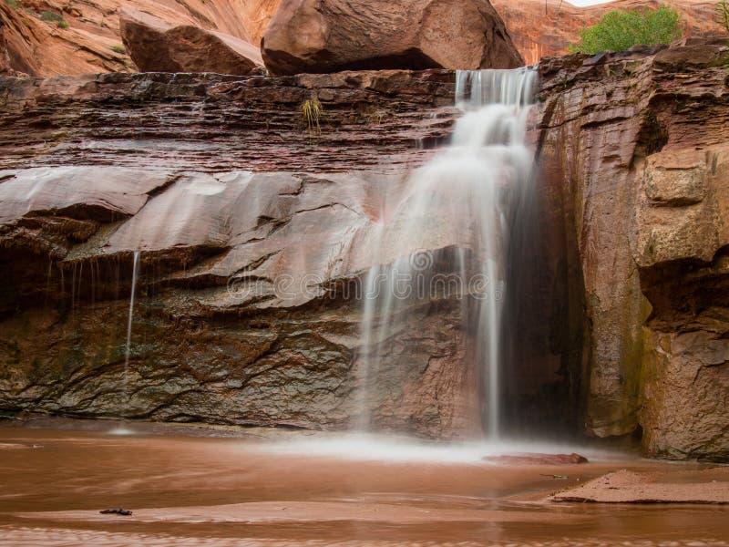 Vattenfall i prärievargbergsklyftan Utah arkivbild