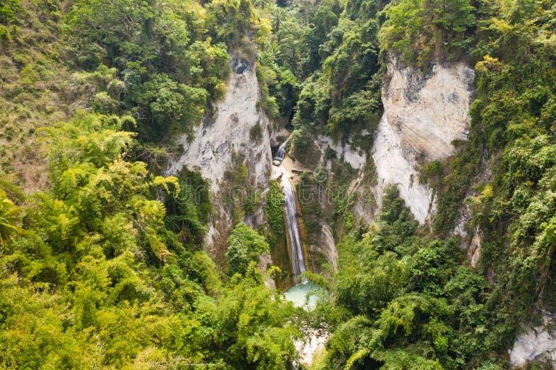 Vattenfall i rainforestdjungeln från över Tropiska Dao vattenfall i bergdjungel Filippinerna Cebu arkivbilder