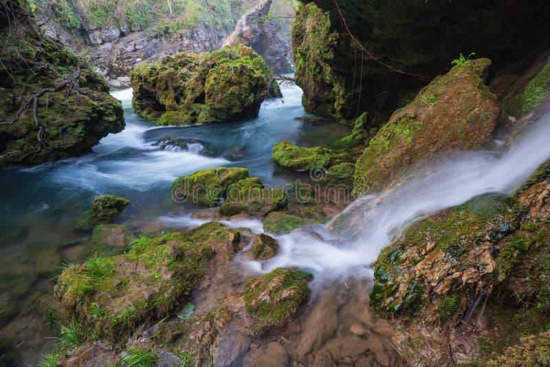 Vattenfall i Rastoke, Slunj, Kroatien - ett autentiskt lantligt ställe för avkoppling nära nationalparkPlitvice sjöarna arkivbild