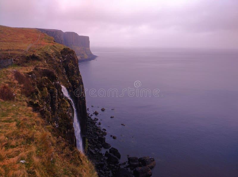 Vattenfall i Skottland & x28; ö av Skye& x29; arkivbilder
