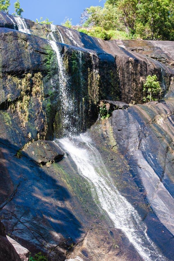 Vattenfall i steniga berg i Asien på den tropiska ön Langkawi royaltyfri foto