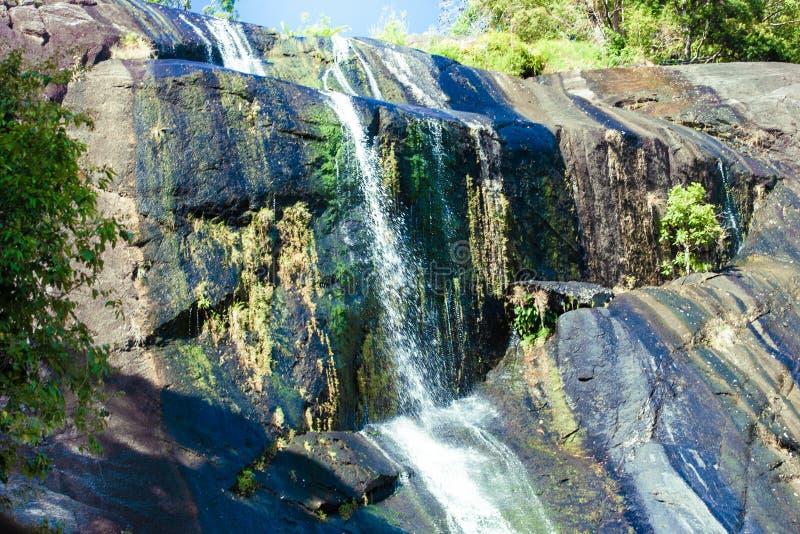 Vattenfall i steniga berg i rainforest på den tropiska ön Langkawi i Asien arkivfoto