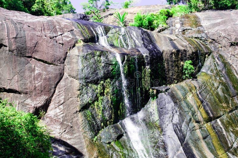 Vattenfall i stenigt berg på den tropiska ön Langkawi arkivbilder