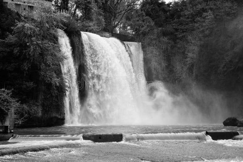 Vattenfall i svartvitt arkivfoto