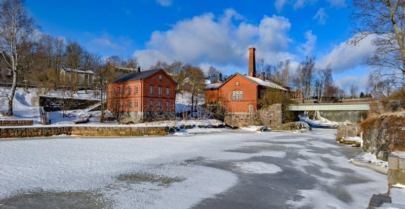 Vattenfall i Vanhankaupunginkoski och den gamla kraftverket, Helsink arkivfoto