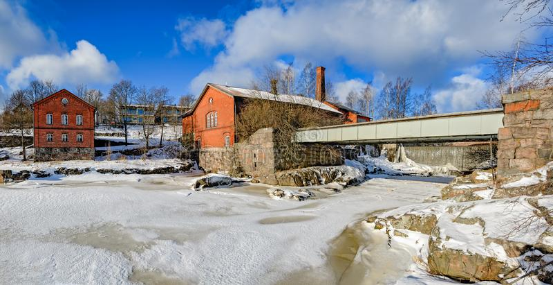 Vattenfall i Vanhankaupunginkoski och den gamla kraftverket, Helsink arkivbild