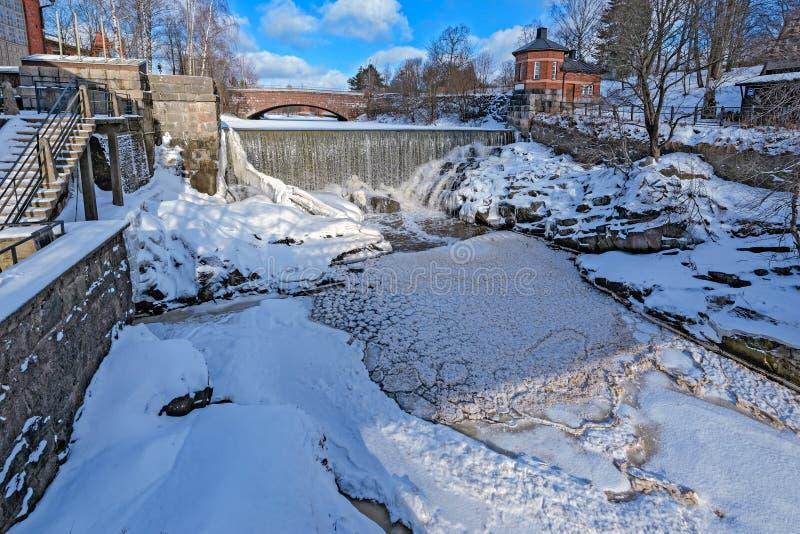 Vattenfall i Vanhankaupunginkoski och den gamla kraftverket, Helsink royaltyfria foton