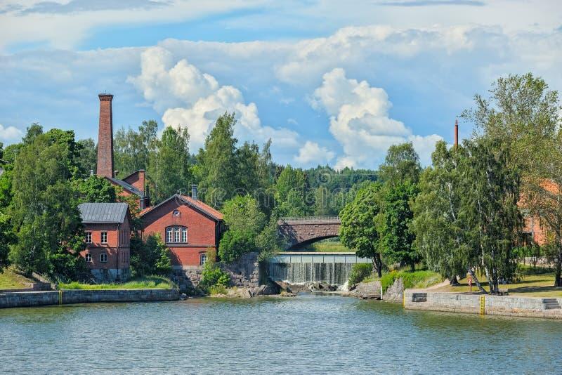 Vattenfall i Vanhankaupunginkoski och den gamla kraftverket, Helsink royaltyfri fotografi