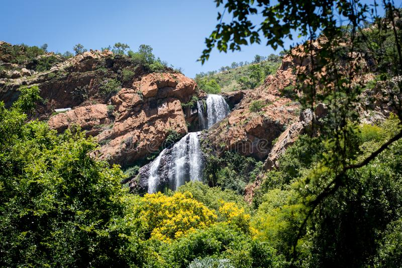 Vattenfall i Walter Sisulu National Botanical Garden i kors arkivfoto