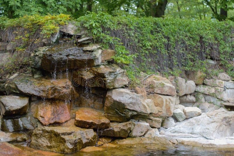 Vattenfall i zenträdgård royaltyfri fotografi