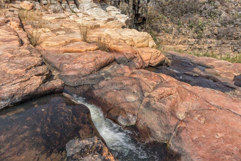 Vattenfall med vaggar i kanjonen av Leba _ Lubango arkivbild