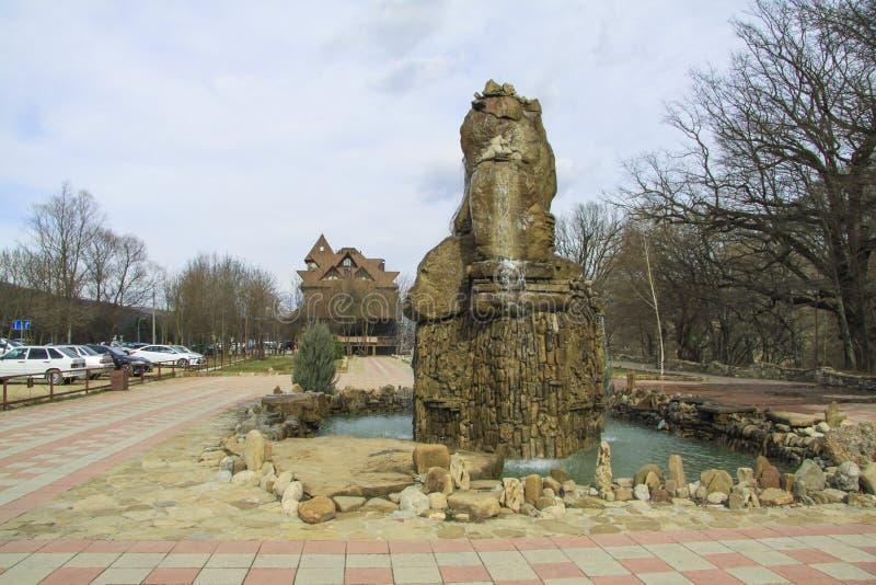 Vattenfall nära hotell i Goryachiy Klyuch royaltyfri bild